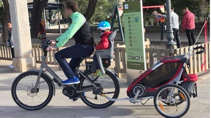 Cort impide a un padre llevar a sus hijos en un remolque homologado de bicicleta