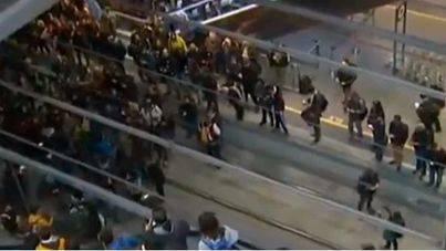 Manifestantes cortan las vías del AVE en Girona