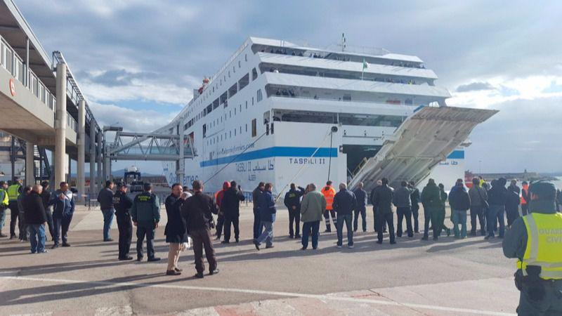 Un nuevo buque embarca a los afectados del ferry incendiado y zarpa a primera hora