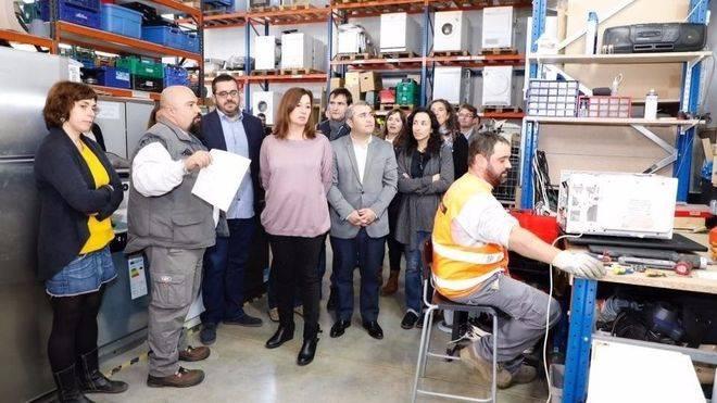 Deixalles inaugura el primer centro de reparación para la reutilización de residuos electrónicos