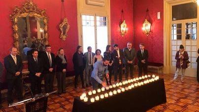 El Parlament enciende 44 velas en recuerdo de las mujeres asesinadas este año