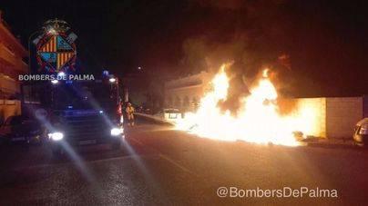 La gamberrada de pegar fuego a un contenedor acaba con un coche quemado en Son Ferriol