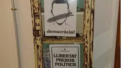 Pegan carteles independestistas en el bar del Castell d'Alaró