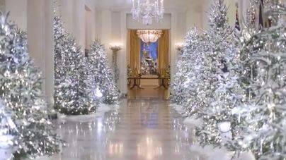 Un bosque de árboles plateados decora la Navidad de los Trump