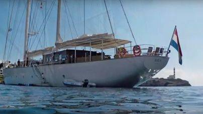 Un velero holandés de 54 metros arrasa con la posidonia de Portocolom