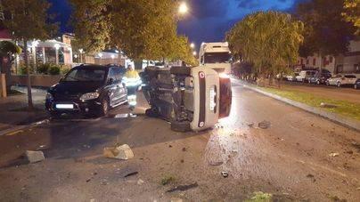 Tres heridos al volcar su coche en la calle Aragón de Palma