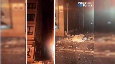 Acordonada parte de la Plaça del Mercat de Palma por la caída del voladizo de un edificio