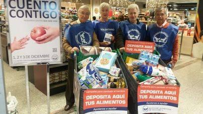 Voluntarios recogen alimentos en El Corte Inglés