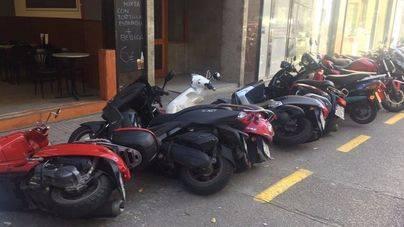 Tira cinco motos en Palma intentanto aparcar