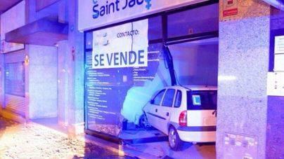 Una conductora novel empotra su vehículo en un local de Vía Alemania en Palma