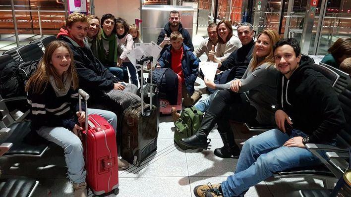 Un grupo de mallorquines espera embarcar de regreso