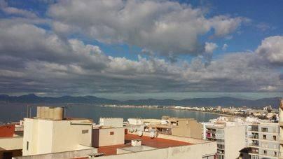 Intervalos nubosos con algún chubasco ocasional en Balears