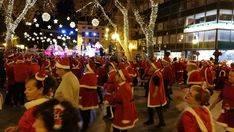 El Born, tomado por centenares de Papás Noel con mucho ritmo