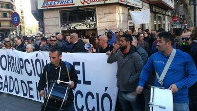 Unas 150 personas se manifiestan por segunda vez ante el Juzgado contra juez y fiscal del 'caso Cursach'