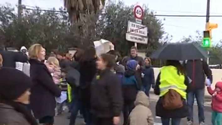Vecinos manifestándose junto a Sa Creu de Establiments