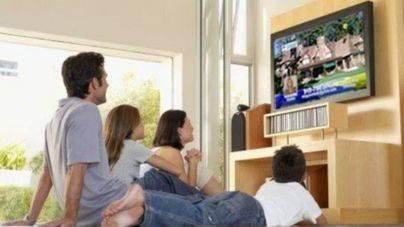 Los baleares dedican casi cuatro horas por persona y día a ver la televisión