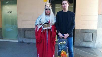 Una reina maga drag queen del PSIB lleva un saco de carbón a la sede del PP en Palma