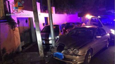 Empotra un Jaguar en una farola y los bomberos la retiran por peligro de desplome en Palma