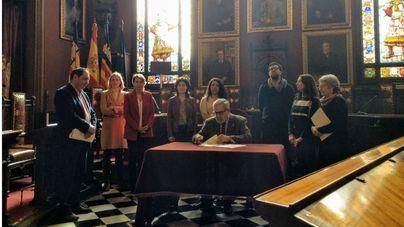 Todos los partidos firman un plan para destinar 5,4 millones en el realojo de las familias de Son Banya