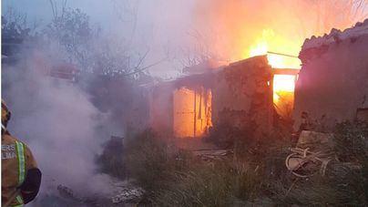 Laboriosa extinción de un incendio en una casa abandonada llena de basura en Palma