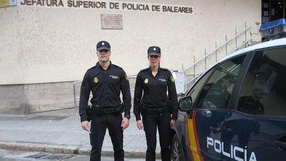 Dos policías fuera de servicio le salvan la vida en Palma a un anciano que entró en parada al volante
