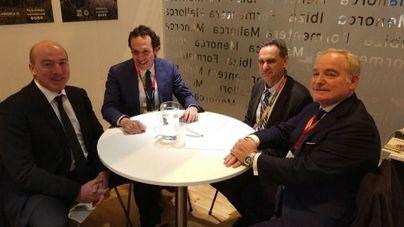 Pons (en el centro) con representantes de Air Nostrum