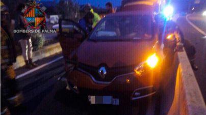 Rescatada una mujer que quedó atrapada por el airbaig tras un accidente cerca de Son Espases