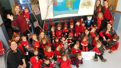 Sant Antoni llena la Escoleta Asima de cuentos, bailes y dimonis