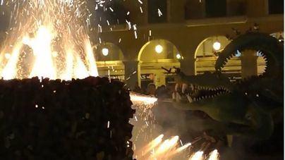 El Drac de na Coca encendió el fogueró de Plaza Major