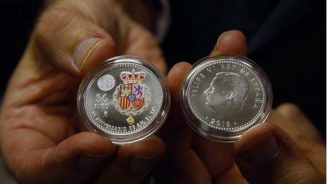 """Lanzan la primera moneda """"en color"""" por el 50 aniversario de Felipe VI"""