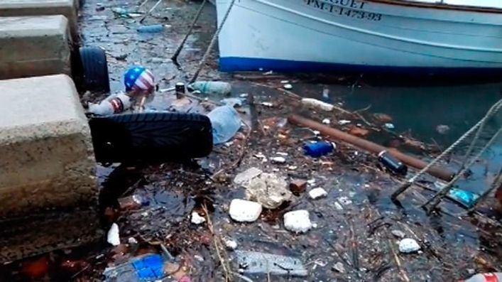 Denuncian el vertido de basuras a la bahía por la falta de limpieza en los torrentes