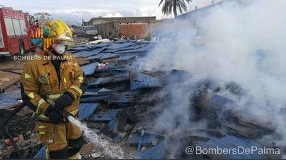 La Policía Local de Palma escolta a los Bomberos para sofocar un incendio en Son Banya