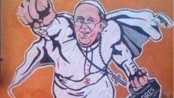 El Vaticano lanza la camiseta de Superpapa con firmas de famosos para recaudar fondos