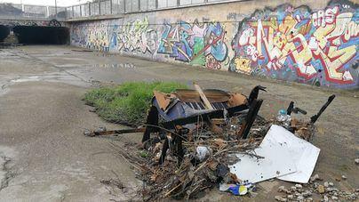Los ecologistas urgen a retirar los plásticos y restos contaminantes de los torrentes