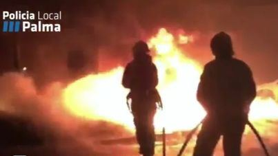 Un aparatoso incendio calcina coches y contenedores en Palma