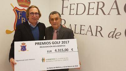 La AECC Baleares recibe 4.300 euros de la Federación Balear de Golf