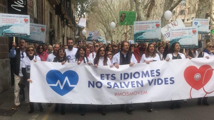 Miles de manifestantes recorren Palma en contra del requisito del catalán en sanidad