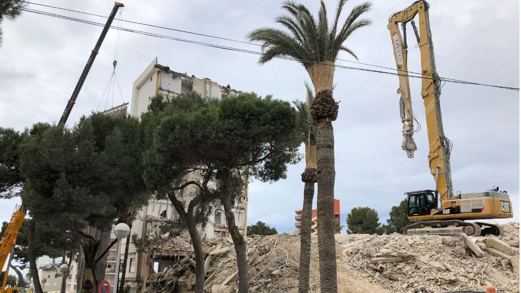 Vecinos de Platja de Palma piden a Cort que refuerce la limpieza por el derribo de un hotel