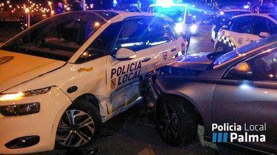 Un conductor ebrio embiste un coche de la Policía Local y hiere a dos agentes