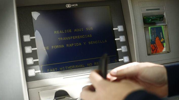 El vigilante de un banco de Ibiza roba 6.000 euros y los quema