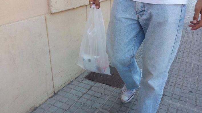 La prohibición de distribuir bolsas de plástico gratuitamente se retrasa sin fecha