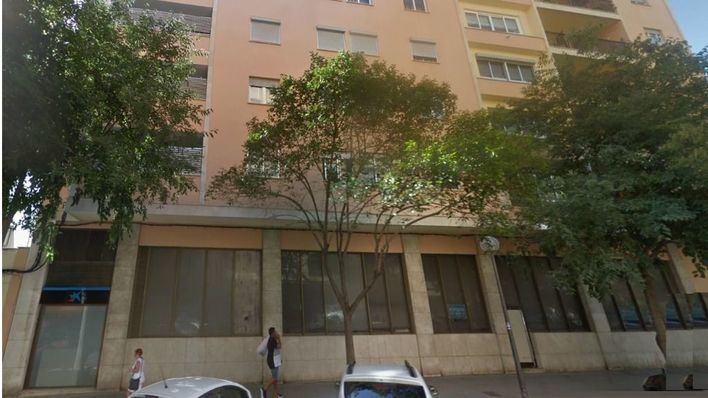 Desalojan un edificio de seis plantas por un incendio en una oficina bancaria cerrada en Palma
