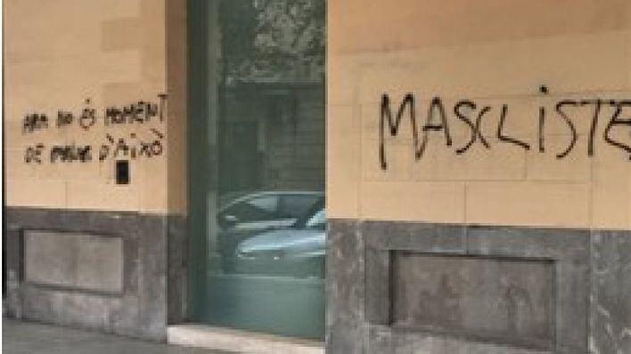 La sede del PP amanece con pintadas en las que se les acusa de
