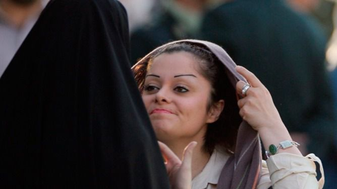 Dos años de cárcel para una mujer iraní por quitarse el velo en público