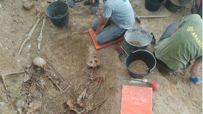 El Govern amplía en 480.000 euros la exhumación de fosas para este año