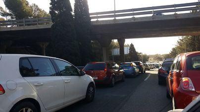 Un accidente en la Vía de Cintura provoca un gran atasco en la entrada y salidas de Palma