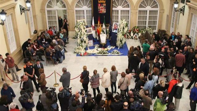 Más de 5.000 personas dan el último adiós a Gabriel Cruz