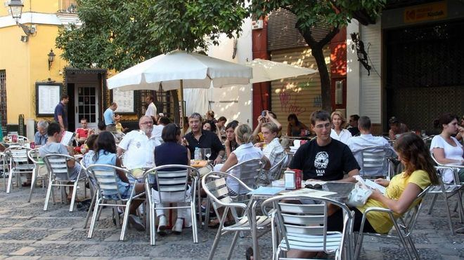 Restauradores y vecinos, satisfechos 'a medias' con la nueva ordenanza sobre terrazas de Cort