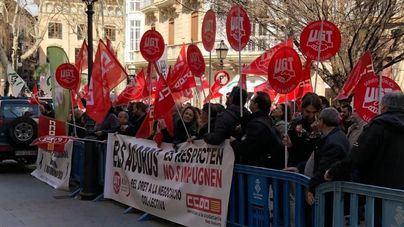 Casi 600 personas se concentran frente a la Delegación del Gobierno por la suspensión del plus de carrera profesional