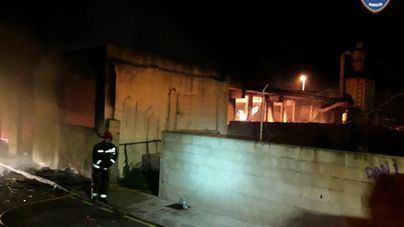Aparatoso incendio en una nave de carpintería en Capdepera